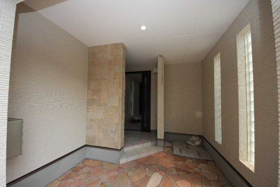 建物の奥まった位置での玄関