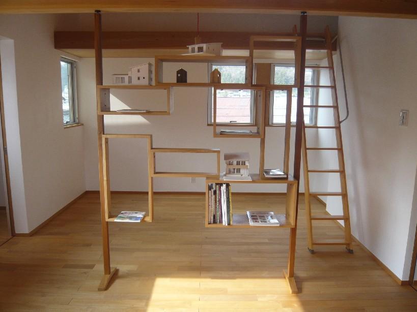 空間を仕切る飾り棚