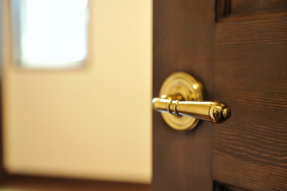 真鍮のドアの取っ手